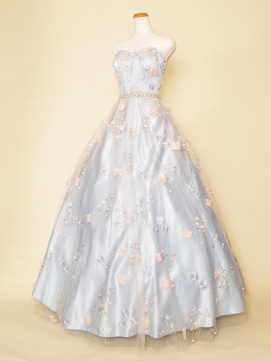 立体的なピンクのお花畑ののような刺繍レースを重ね合わせたパステルブルーカラードレス