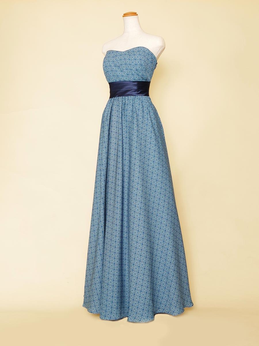 メッシュ模様のブルーカラーでまとめ上げたスレンダースタイリッシュロングドレス