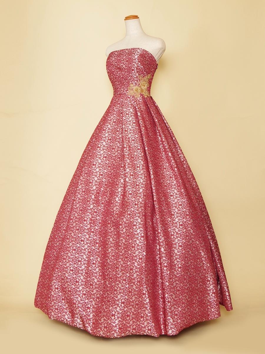 サテン地に朱色の花柄模様を刺繍したボリュームプリンセスラインドレス