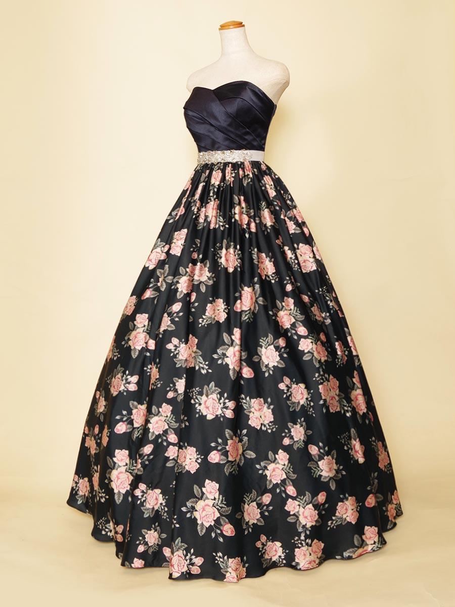 ブラックベースにプリントされたピンクの花柄がオシャレなクラシカルロングドレス