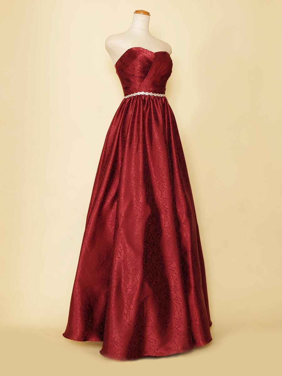 バラ模様を施したワインレッドカラーのパニエなしでも柔らかなボリュームを表現できるステージロングドレス