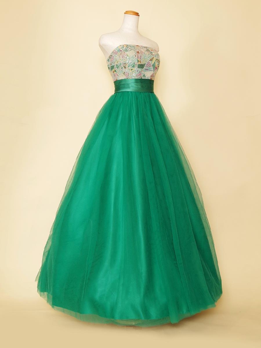 ステンドグラスのデザインから着想を得てデザインされたグリーンカラーチュールロングドレス