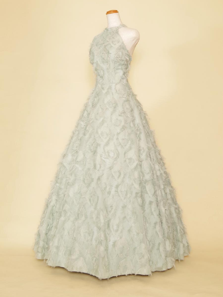 パステルグリーンの羽をデザインした生地を前面に使用したホルターネックデザインロングドレス