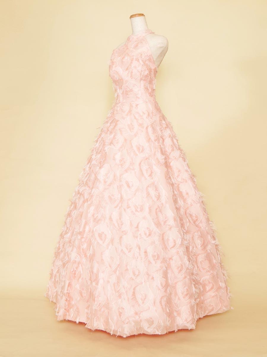 まるで美しい羽根を身にまとっているかのようなベビーピンクホルターネックドレス
