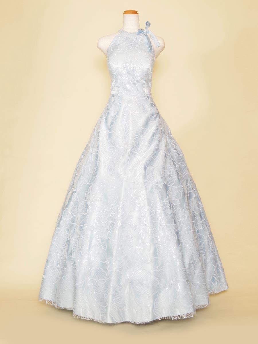 スカイブルーの透明感のあるスパンコールが爽やかな大判フラワー柄ホルターネックドレス