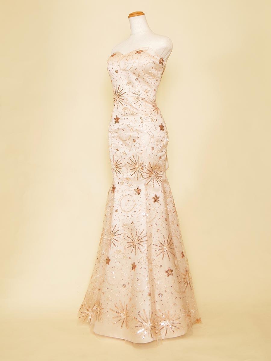 ゴールドの月柄デザインチュールがラグジュアリー感満載なゴールドベージュのマーメイドドレス