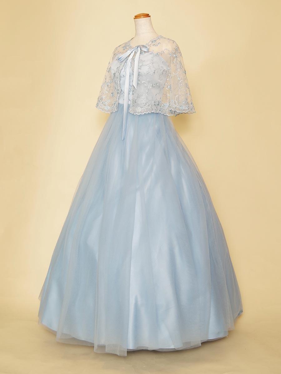 パステルブルーのふんわりチュールとラメ刺繍がポエティックなケープ付きボリュームドレス