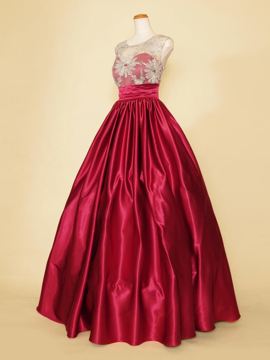 発色の美しいワインレッド生地がラグジュアリーな雰囲気を演出した胸元フラワー装飾肩袖ロングドレス