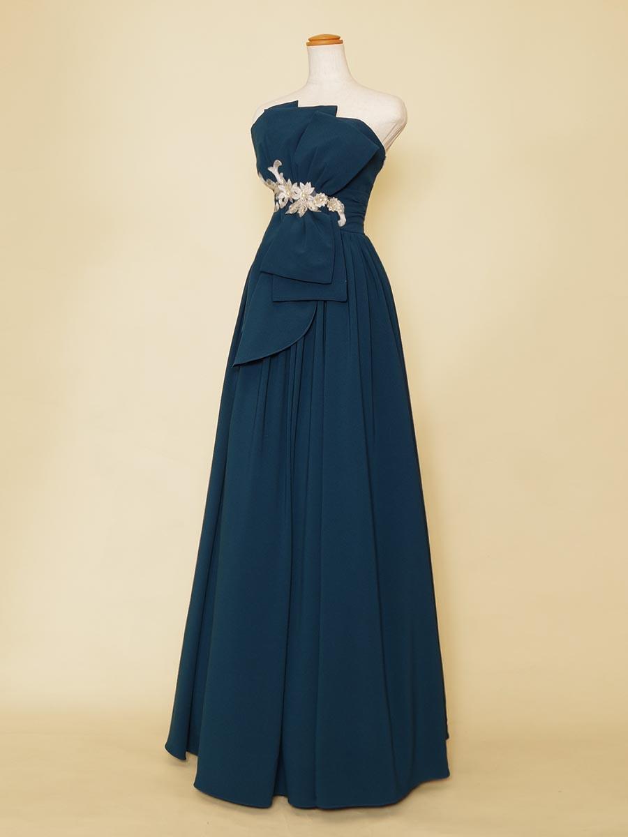 シルバーの花モチーフと滑らかなセルリアンブルーが美しいステージドレス