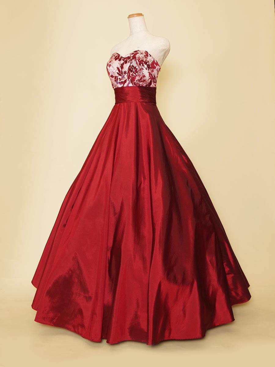 煌びやかなスパンコールとタフタの光沢が大人っぽさを表現するレッドカラーのコンサートドレス
