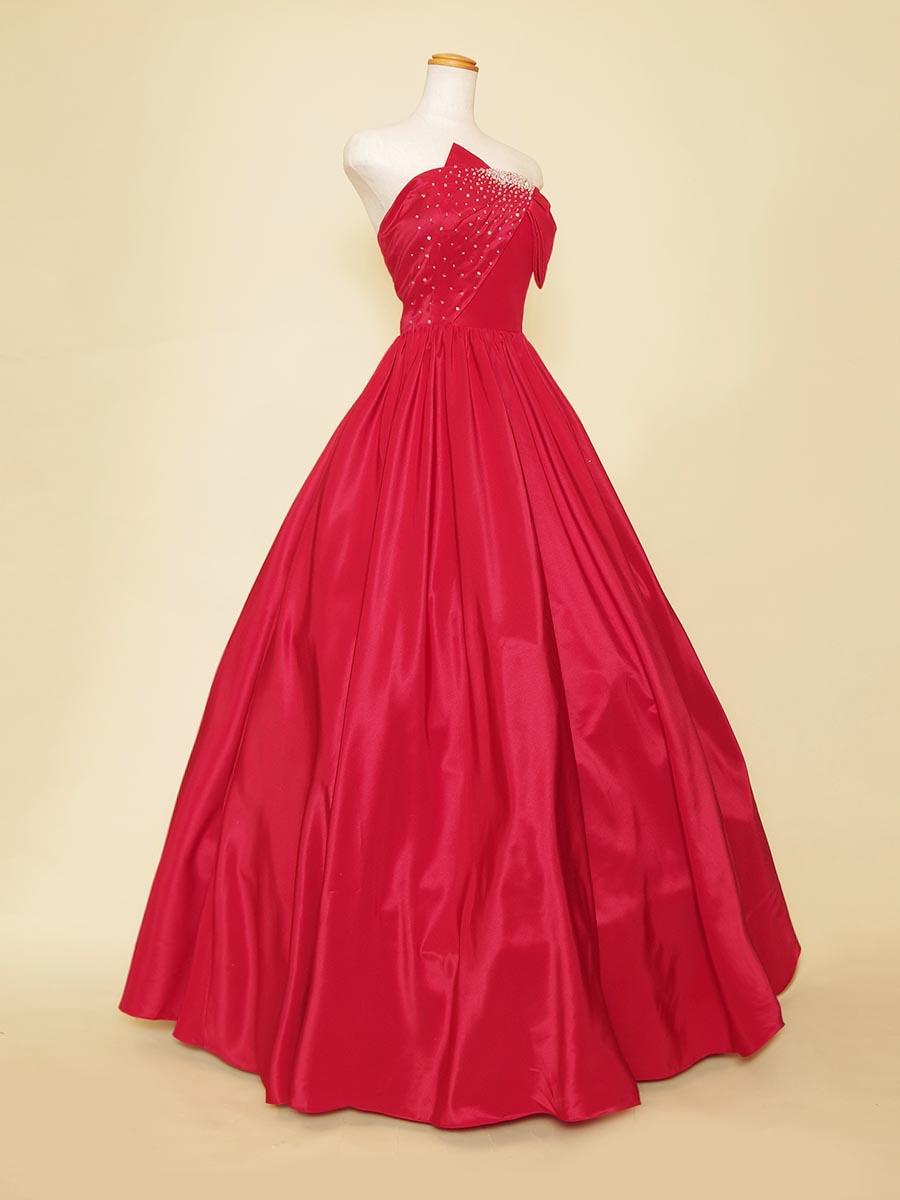プレゼントのような胸元の大きなリボンが可愛いレッドカラードレス