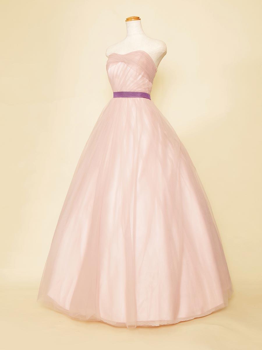チュールの折込デザインを巧みに使ったパステルピンクの春先向けボリュームドレス