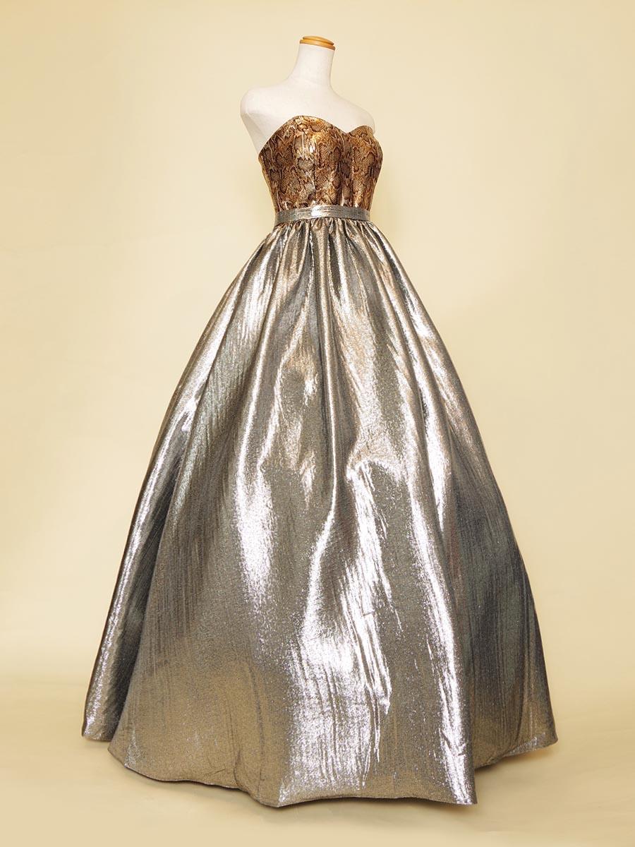 パイソン柄のメタリックトップにシルバースカートをボリューム満点に組み合わせた演奏会ドレス