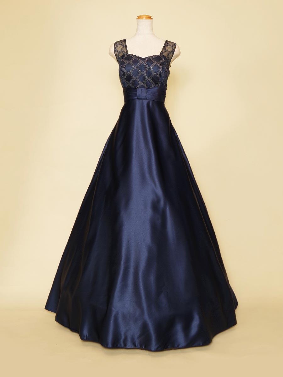 デザインチュールがエレガントな雰囲気を醸し出すネイビーカラーのノースリーブスレンダードレス