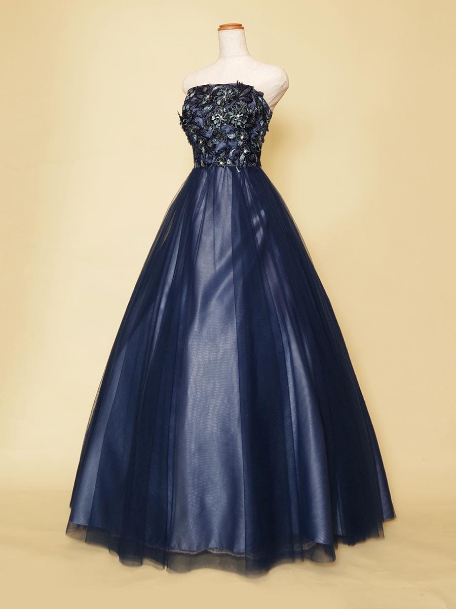 奥行きと透明感のあるスカートデザインがポイントのネイビーブルーのクールなコンサートドレス