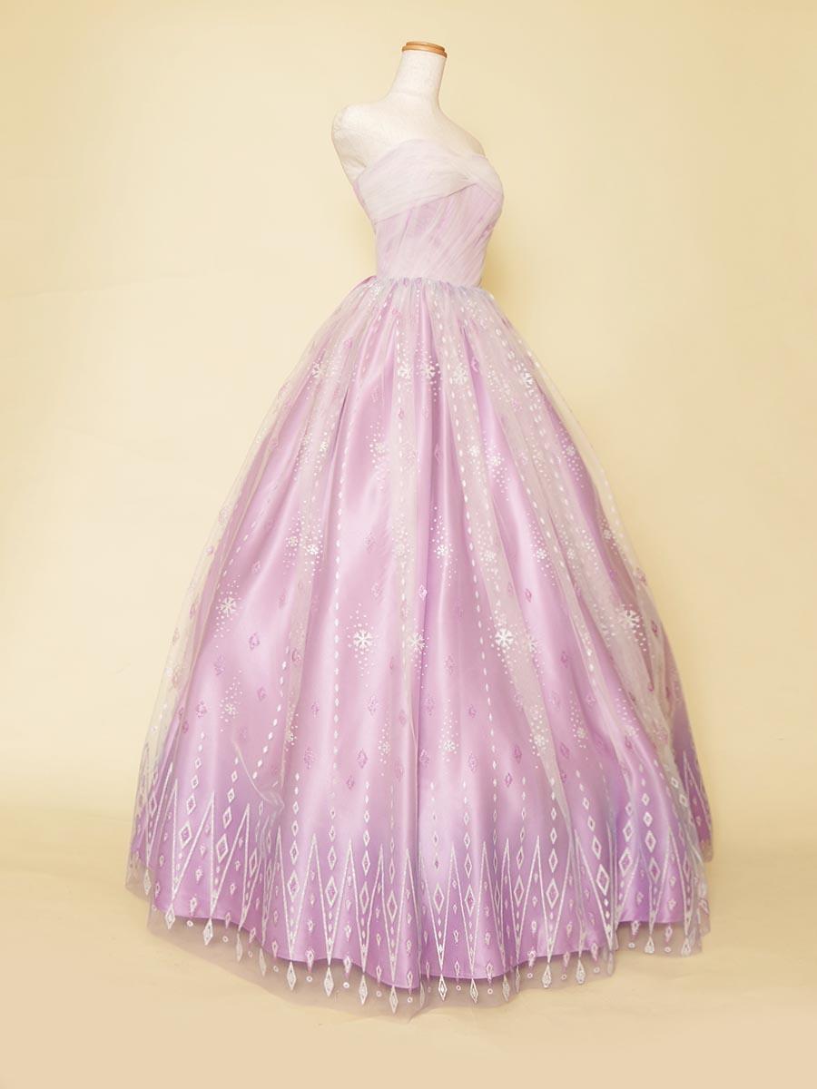 パープルサテンにホワイトのデザインレースを重ね合わせた透明感とお淑やかさを演出した演奏会ドレス