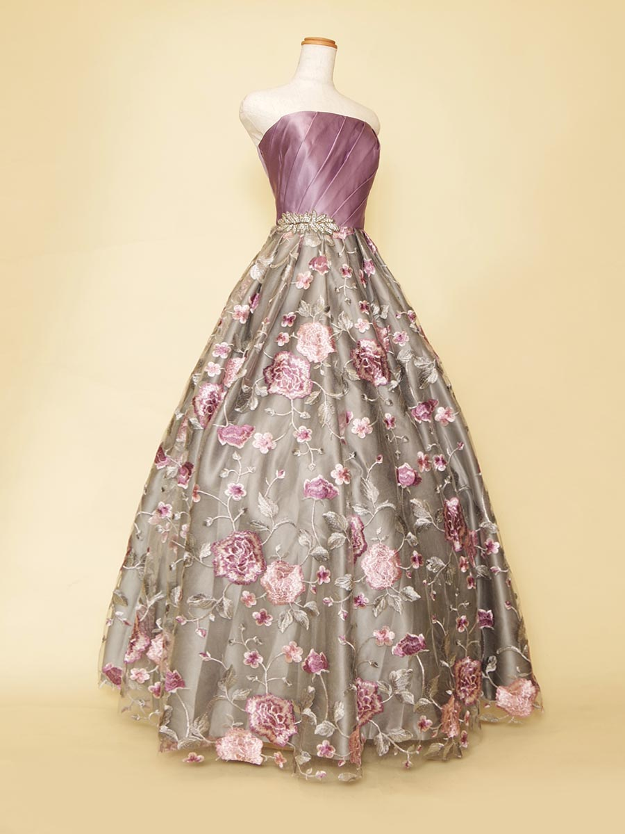 パープルとシルバーのカラーの組み合わせがオシャレ!大人の華やかさを演出したステージボリュームドレス