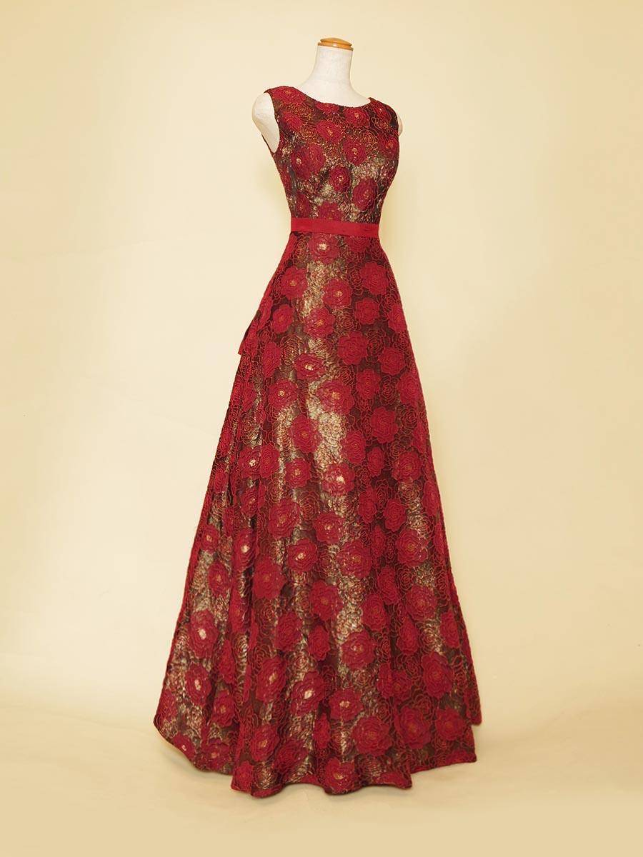 ストーレートに近いAラインシルエットがタイトでスタイリッシュな雰囲気を演出したフラワーワインレド肩袖デザインドレス