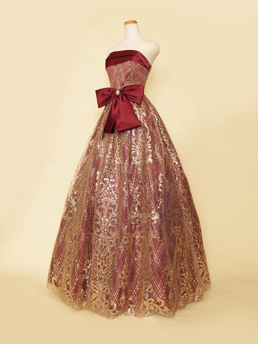 ウエストリボンとバーガンディ×ゴールドスパンコールが大人ゴージャスなステージドレス