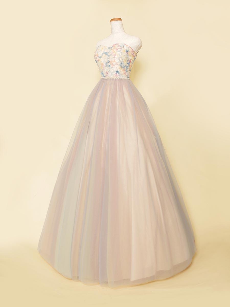 スカートの色のコントラストが美しさを放つフラワーモチーフのマーブルカラードレス