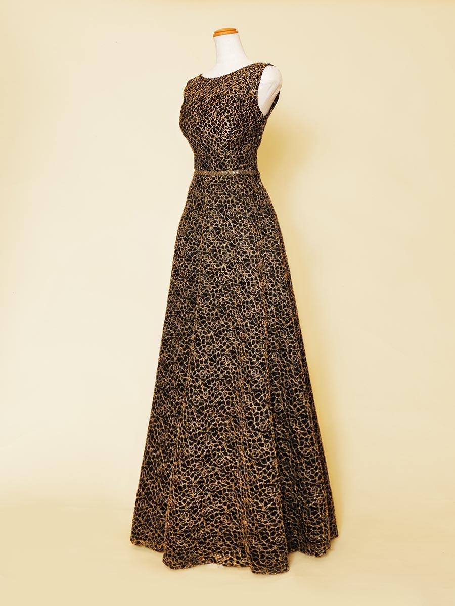 ブラックベースがゴールドの輝きを引き立たせた袖付きデザインのスレンダー大人スタイルドレス