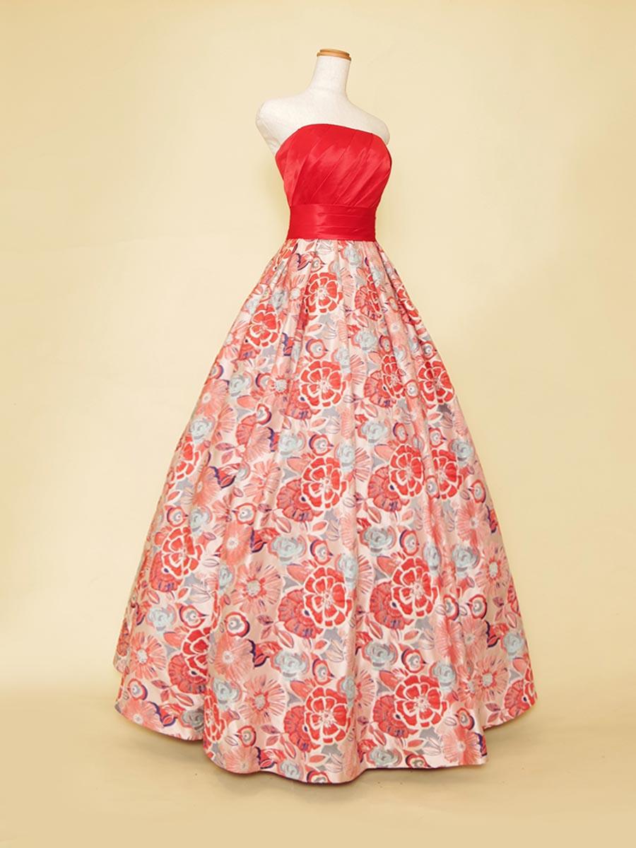 ブライトレッドカラーの胸元サテン×花柄スカートが華やかさを演出したステージボリュームドレス