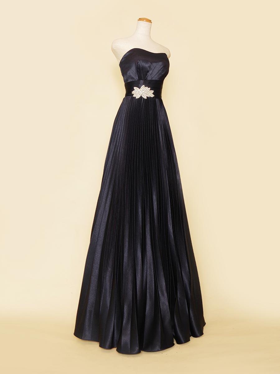 プリーツスカートが美しいシルエットを作り出すビジューのワンポイントを添えたネイビーカラードレス