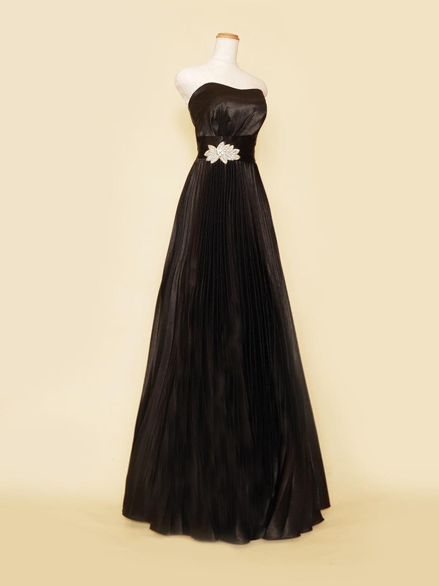 ブラックカラーのサテン×プリーツスカートが大人っぽさを表現する伴奏者向けドレス