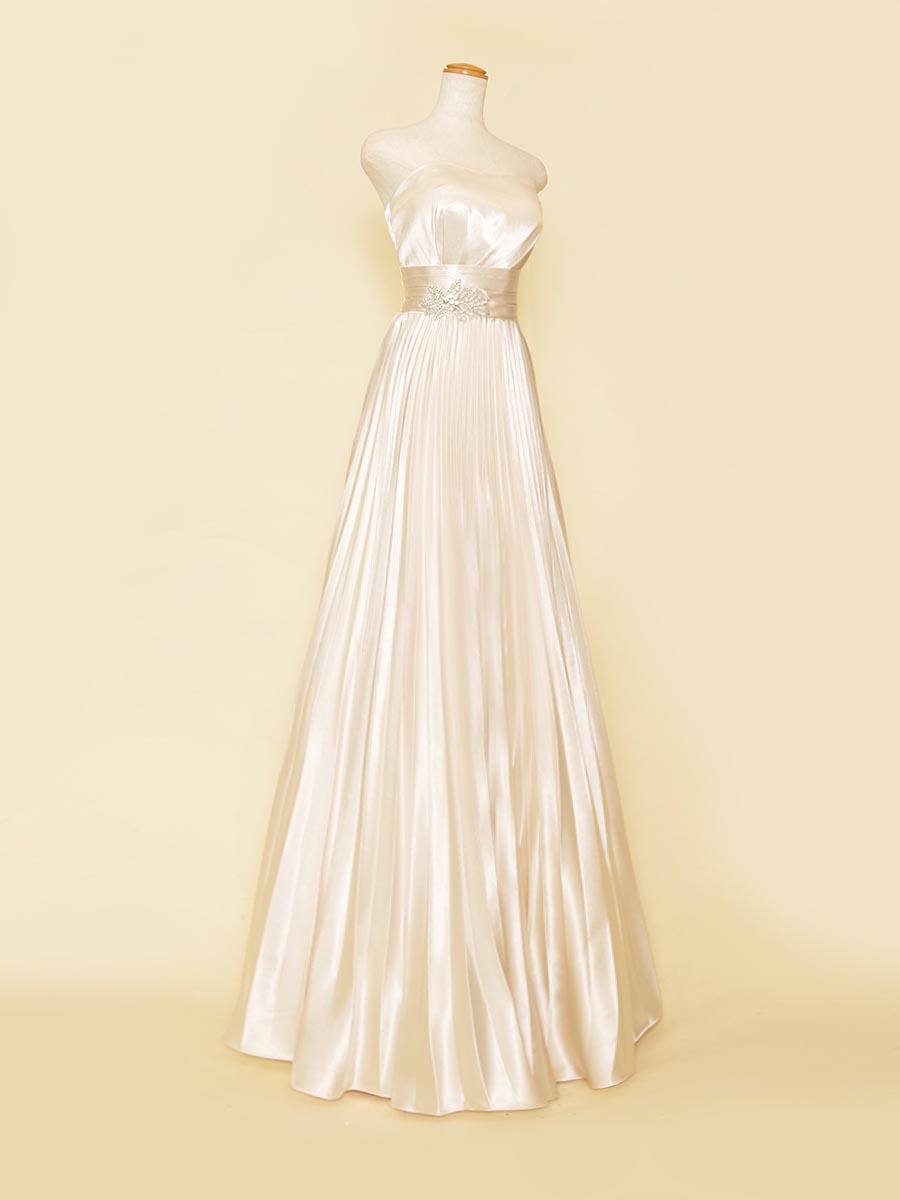 オフホワイトのシャイニーサテンがキラキラと輝く上品なプリーツスカートドレス