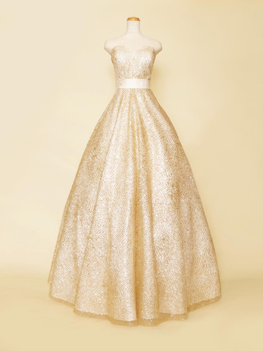 ゴールドのグリッターがシャイニーな存在感を放つホワイトカラーのハートカットドレス