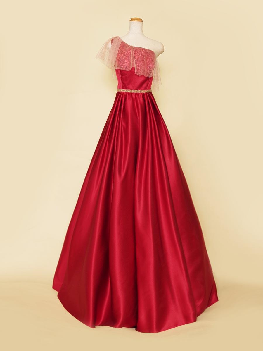ワンショルダーと袖フリルが肩周りをカバーしてくれる上品さとフェミニンな雰囲気のあるレッドカラードレス
