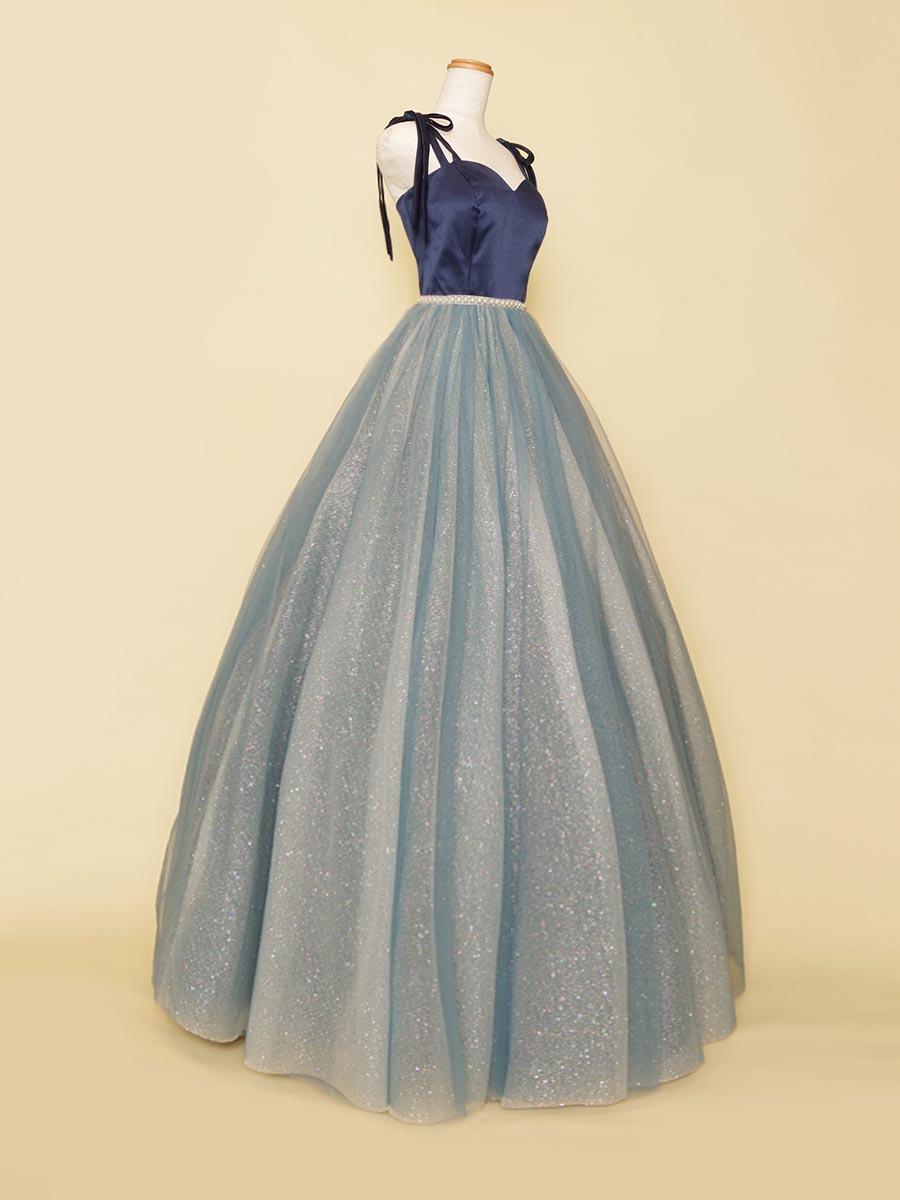 肩紐アレンジが可能な深みのある大人ブルーカラーのチュールボリュームドレス