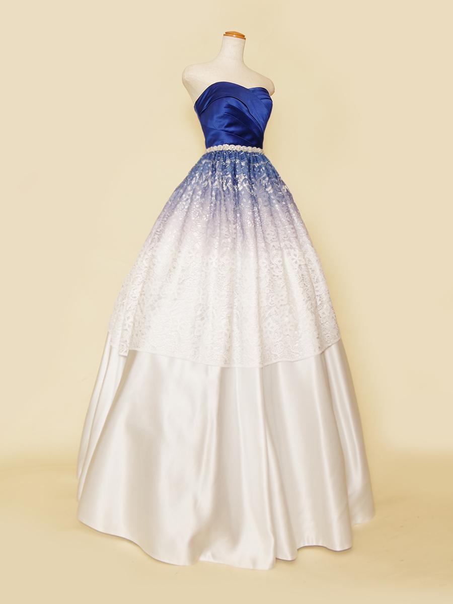 藍染を彷彿させるような美しい藍色グラデーションのレースが特徴のカラードレス