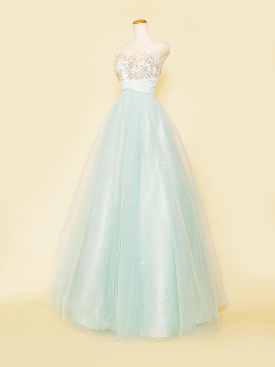 ソフトグリーンカラーのスカートラメの輝きがしっかりと放たれた済チュールボリュームステージドレス
