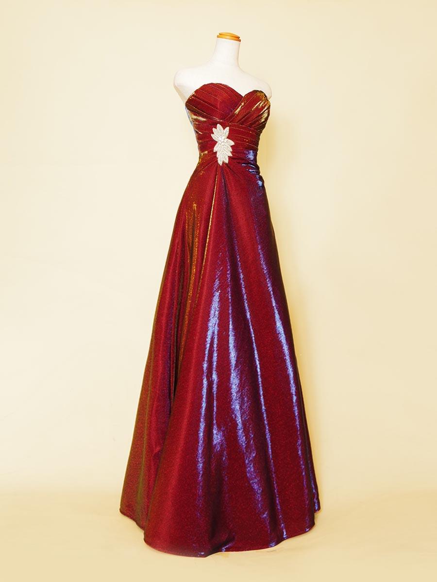 メタリックボルドーカラーの艶やかな艶をドレス全体で表現したストレートラインステージドレス