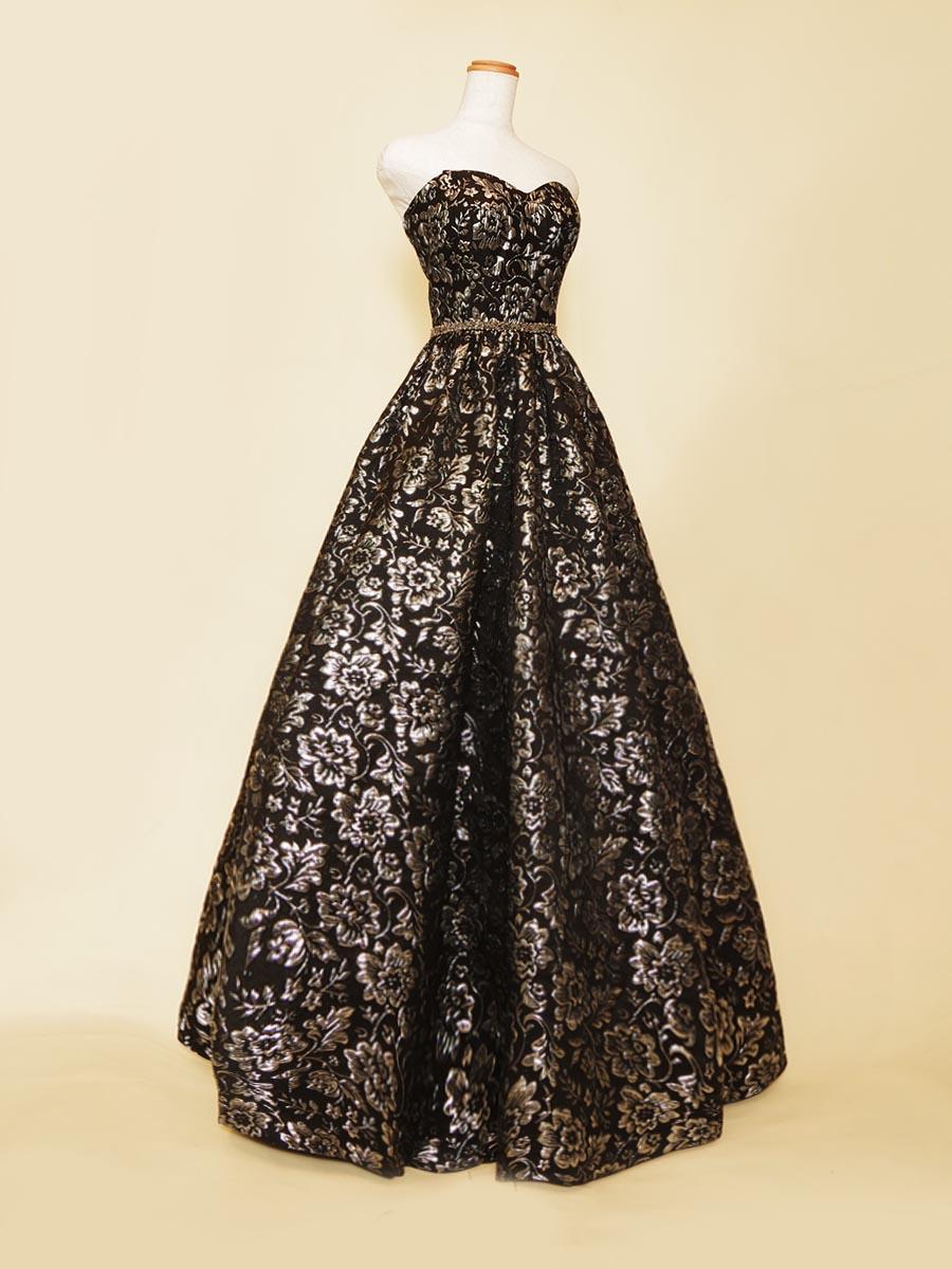 ブラックシルバージャガードのボリュームシルエットが豪華なステージロングドレス