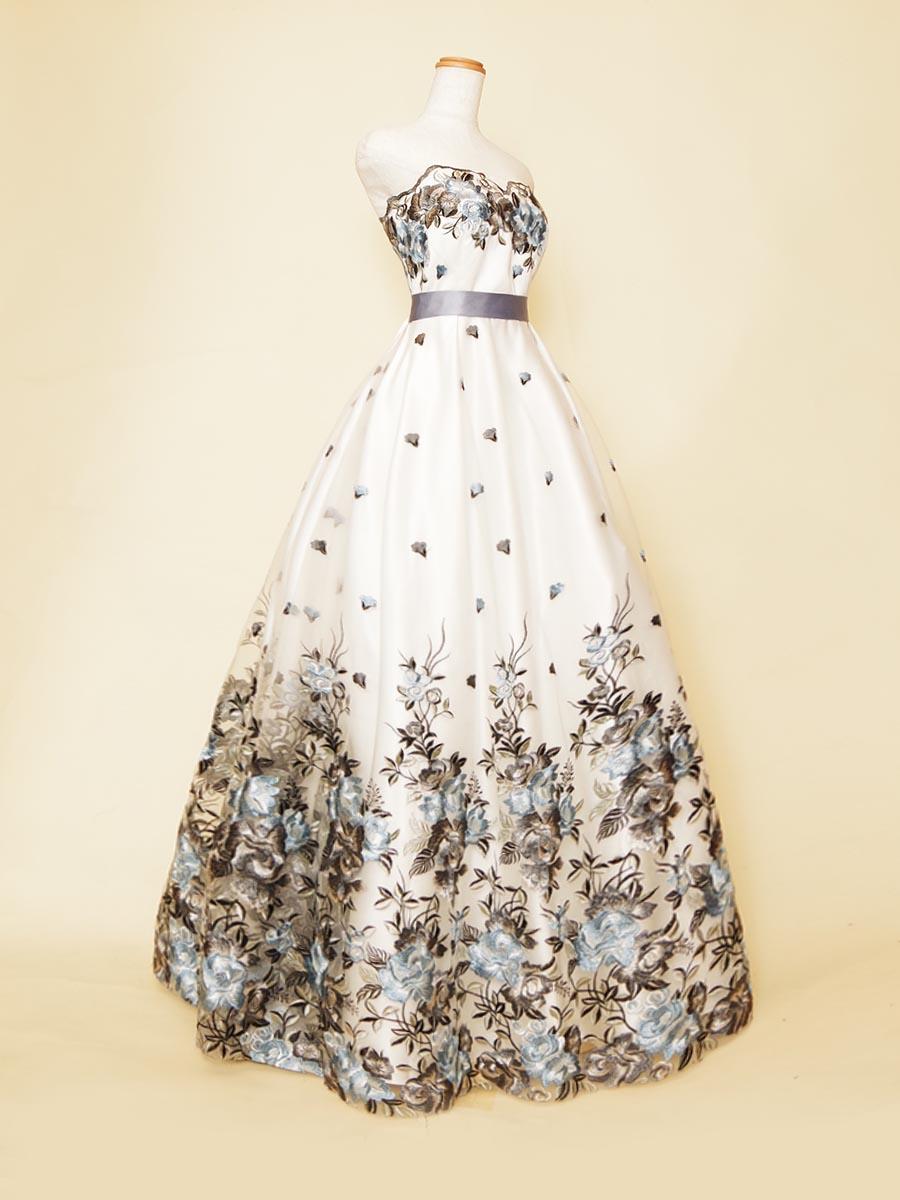 グラデーション刺繍デザインのホワイト地にラベンダーブルーカラーの差し色を加えたボリューム演奏会ドレス
