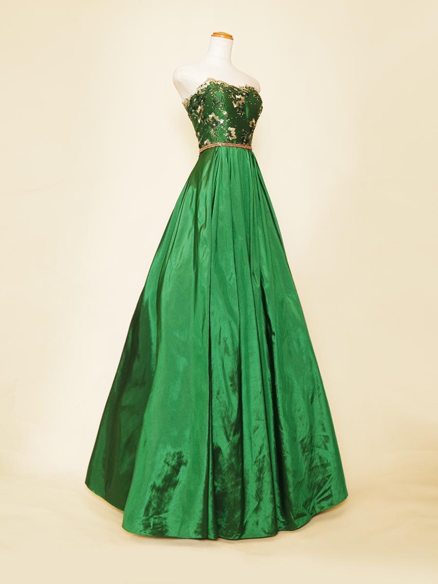 原色系のグリーンタフタの光沢感が美しいAラインのコンサートロングドレス