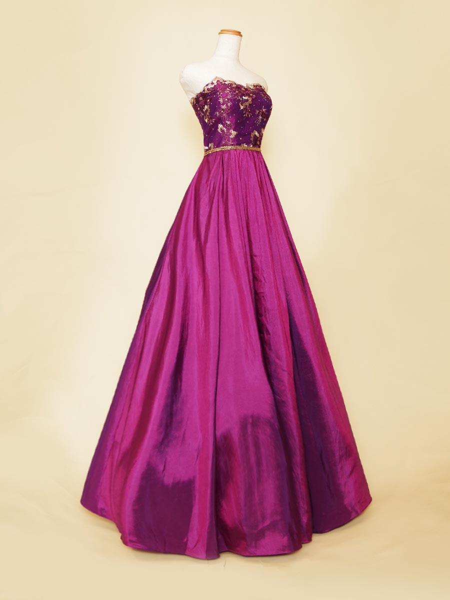 妖艶な大人なパープルの色合いが着る人の美しさを引き出してくれるゴールド装飾をプラスしたAラインシルエットの演奏会ドレス