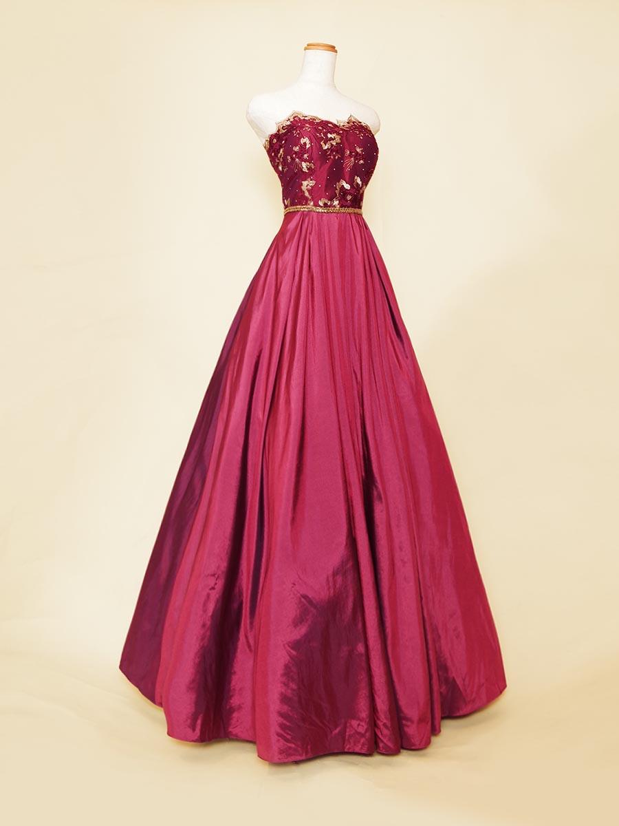 ワインカラーの色合いとゴールド刺繍&ラインベルトがエレガントな高級感を表現しているステージドレス