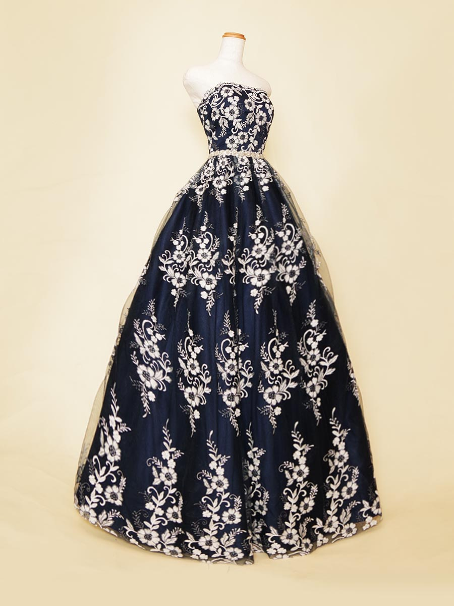 ネイビーベースにホワイトフラワー刺繍レースを重ね合わせたクラシカルな印象を持たせた演奏会ボリュームドレス