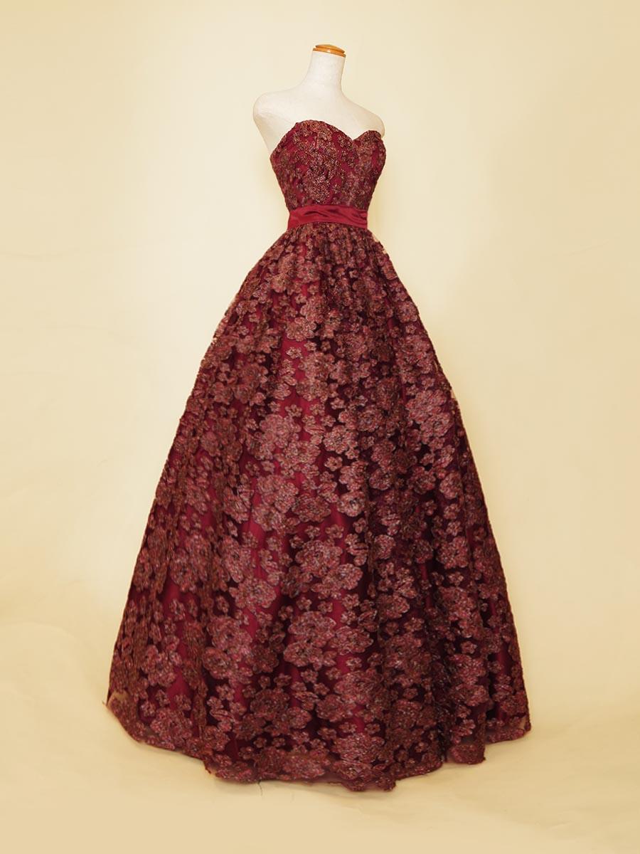 キラキラ刺繍デザインの全体から深みのある輝きを放つワインレッドボリュームドレス