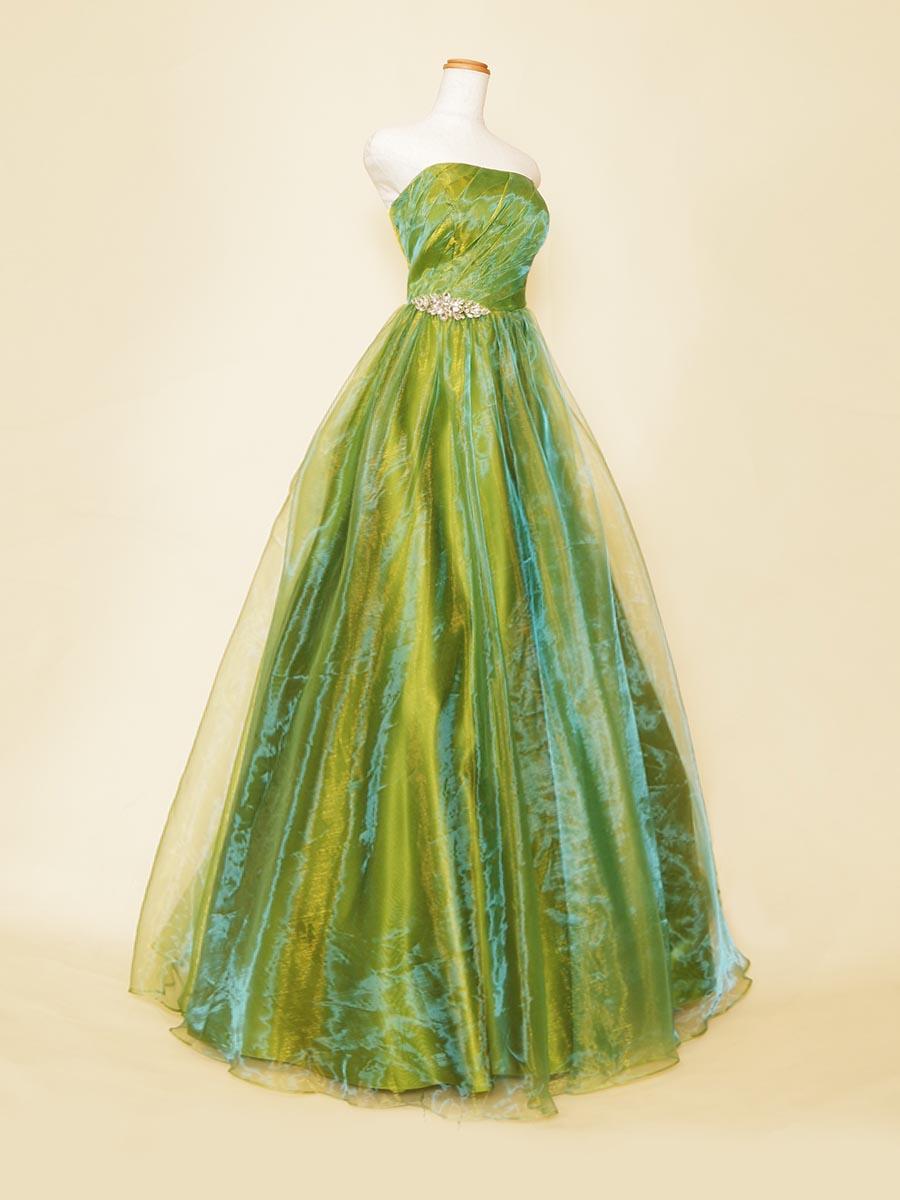 フレッシュなグリーンの色合いが華やかなオーガンジー素材を使用したボリュームカラーロングドレス