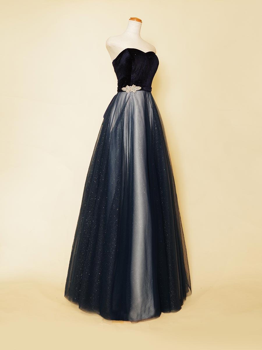 スレンダーシルエットに沿ってネイビーグリッターチュールの輝きを流れるように配置したベロアトップのストレートラインロングドレス
