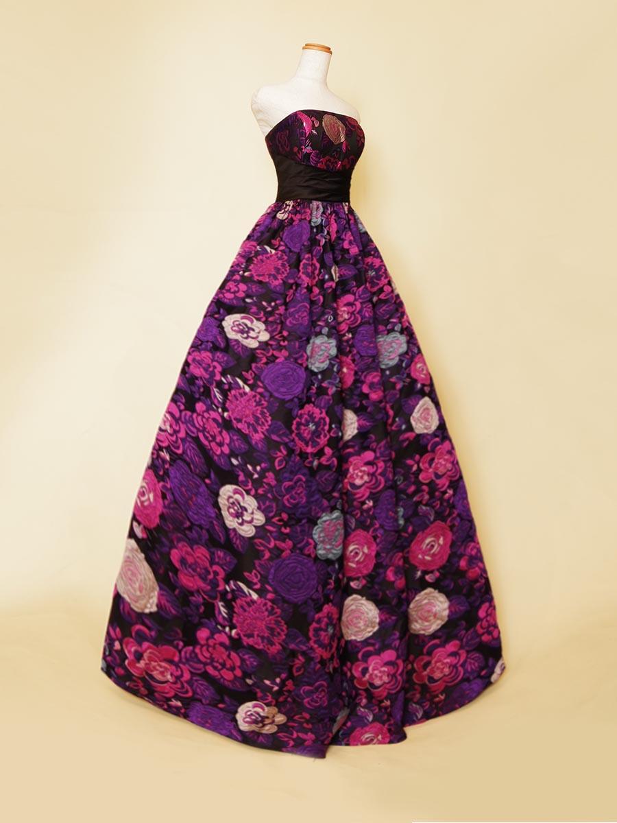 ディープパープルカラーの花柄模様がミステリアスな美しさを放つボリュームステージドレス