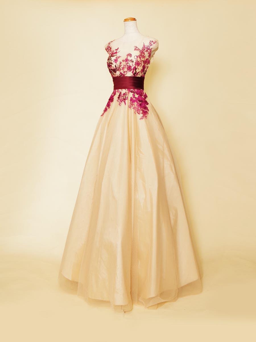 ベージュカラーベースに透け感のある肩袖デザインにお花の刺繍装飾を重ね合わせたお洒落感満点のスレンダーロングドレス