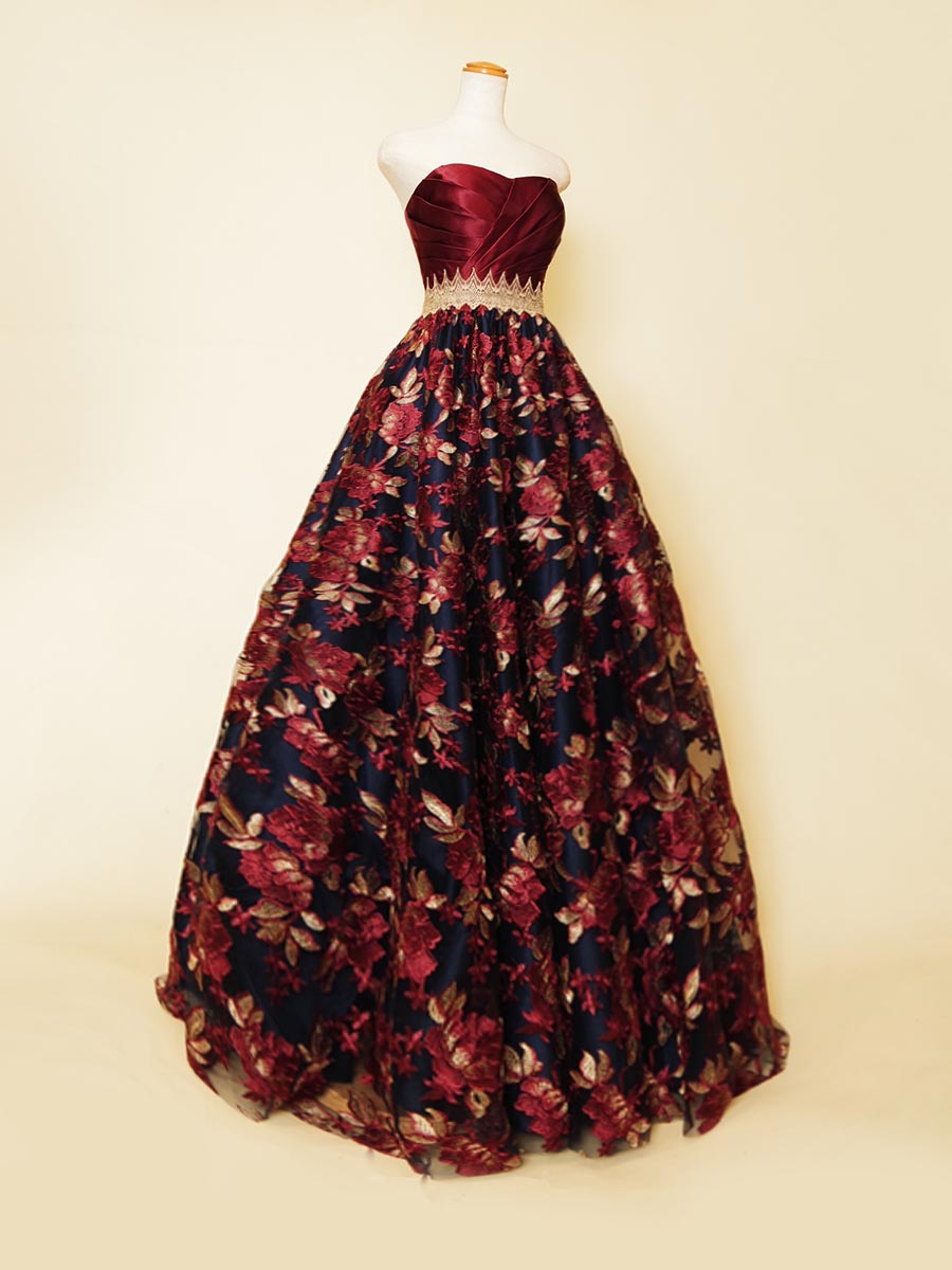 レッドの刺繍生地にネイビーサテンの下地の色味が合わさったクラシカルな高級感を表現したコンサートロングドレス