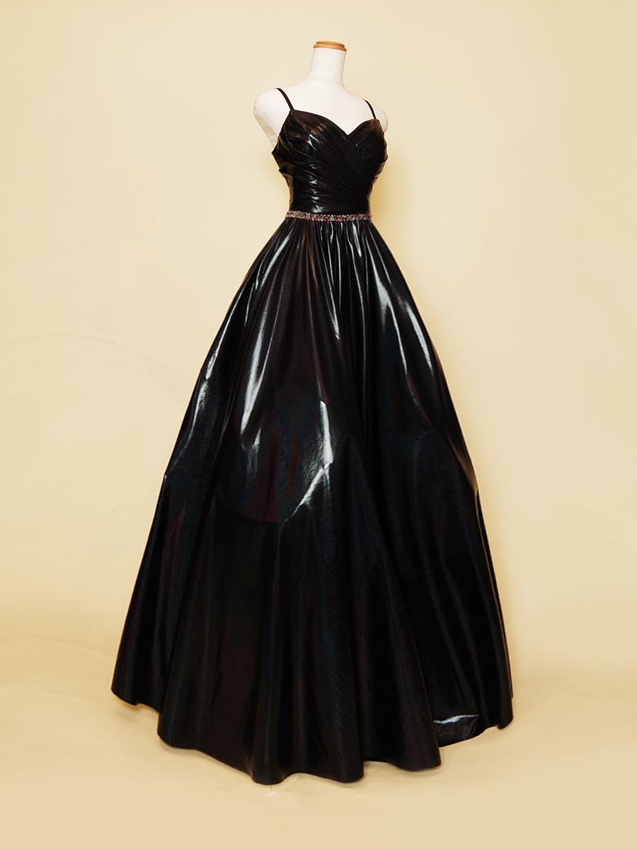 シックでありながら華やかな存在感も表現してくれるブラックメタリックボリュームドレス