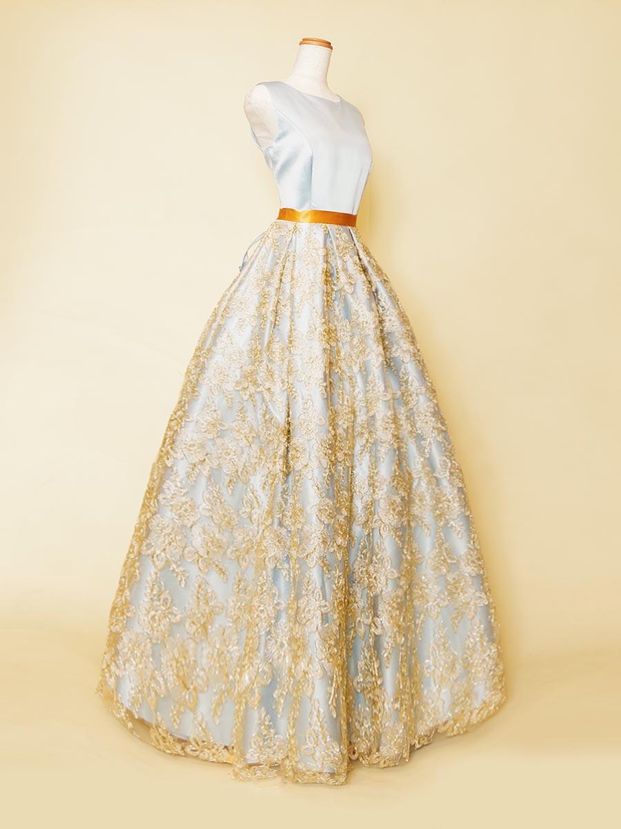 ゴールドのフラワー刺繍とパステルブルーの爽やかな色合いを組み合わせた高級感と可愛らしさのあるステージ肩袖デザインドレス