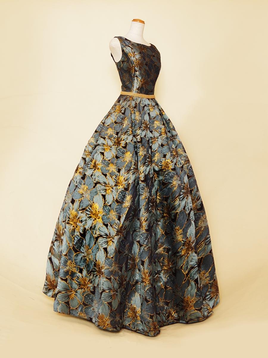 インディゴブルーの花柄がクールな印象を与える肩袖付きボリュームドレス